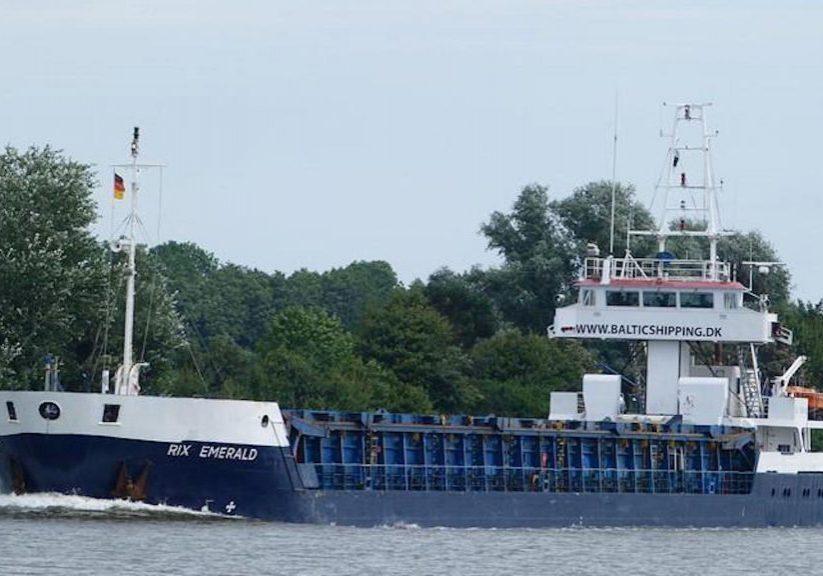 Fraktfartyget Rix Emerald smiter.